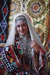 Девушка в таджикском национальном костюме